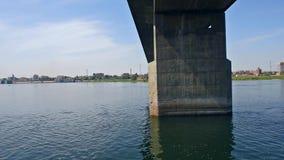 Grote brug over de rivier van Nijl in Kom Ombo stock videobeelden