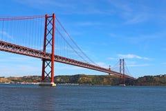Grote brug over rivier Stock Afbeeldingen
