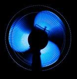 Grote bureauventilator in blauw licht Stock Foto's