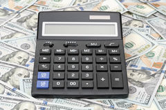 Grote calculator op honderd dollarsrekeningen Stock Fotografie