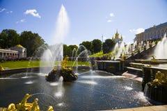Grote cascade bij Pertergof-Paleis Heilige-Petersburg, Rusland Royalty-vrije Stock Afbeeldingen
