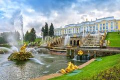 Grote cascade in Peterhof, heilige-Petersburg, Rusland Stock Foto's