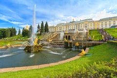 Grote cascade in Peterhof, heilige-Petersburg, Rusland Royalty-vrije Stock Afbeeldingen