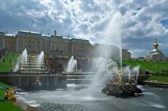 Grote cascade Peterhof (Peter Hof/Tuin) is een reeks paleizen en tuinen, op de orden van Peter Groot wordt opgemaakt, en soms gen Royalty-vrije Stock Afbeeldingen
