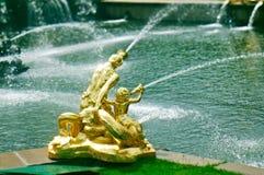 Grote cascade Peterhof (Peter Hof/Tuin) is een reeks paleizen en tuinen, op de orden van Peter Groot wordt opgemaakt, en soms gen Royalty-vrije Stock Foto's