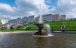 Grote cascade Peterhof (Peter Hof/Tuin) is een reeks paleizen en tuinen, op de orden van Peter Groot wordt opgemaakt, en soms gen Stock Afbeeldingen