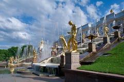 Grote cascade Peterhof (Peter Hof/Tuin) is een reeks paleizen en tuinen, op de orden van Peter Groot wordt opgemaakt, en soms gen Stock Foto's
