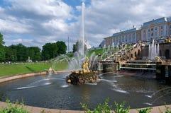 Grote cascade Peterhof (Peter Hof/Tuin) is een reeks paleizen en tuinen, op de orden van Peter Groot wordt opgemaakt, en soms gen Royalty-vrije Stock Fotografie