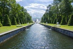 Grote Cascade van Peterhof-Paleis en Samson-fontein, Heilige Petersburg, Rusland stock afbeelding
