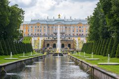 Grote Cascade van Peterhof-Paleis, Samson-fontein en fonteinsteeg, St. Petersburg, Rusland stock afbeeldingen