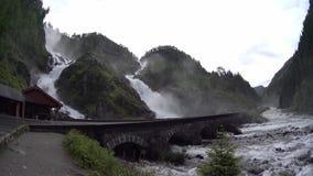 Grote cascadewaterval Weg in Noorwegen die over de waterval overgaan stock footage