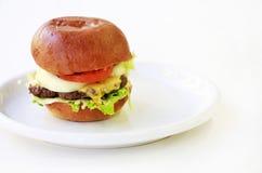 Grote cheeseburger Stock Afbeeldingen