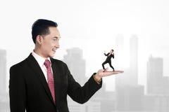 Grote chef- holdings kleine ondergeschikt Stock Afbeelding