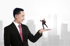 Grote chef- holdings kleine ondergeschikt Stock Foto
