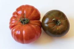 Grote Cherokee purple en Montserrat type organische die erfgoedtomaten op wit worden geïsoleerd stock foto