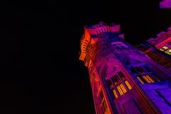 Grote close-upmening van oude, uitstekende die het kasteeltoren van Casa loma bij het uitnodigen van nacht, met diverse kleurrijk Royalty-vrije Stock Fotografie