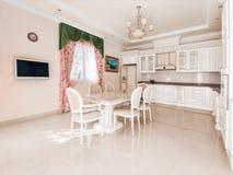 Grote comfortabele keuken In het midden van de keuken een massiv royalty-vrije stock foto