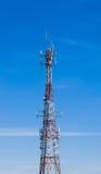 Grote communicatie toren op blauwe hemel Stock Foto