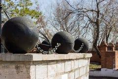 Grote concrete die ballen samen door kettingen worden verbonden stock afbeelding