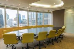 Grote conferentieruimte in de hoge bureaubouw Royalty-vrije Stock Foto's