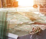 Grote container met gebroken gebroken glas, het glas van het productieafval royalty-vrije stock afbeeldingen