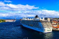 Grote cruiseschip en brug, Oslo Royalty-vrije Stock Foto