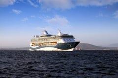 Grote cruiseship Tui Discovery die 2 binnen Algeciras baai en dicht bij de Rots van Gibraltar varen Stock Afbeelding