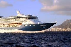 Grote cruiseship Tui Discovery die 2 binnen Algeciras baai en dicht bij de Rots van Gibraltar varen Stock Afbeeldingen