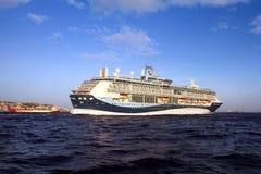 Grote cruiseship Tui Discovery die 2 binnen Algeciras baai en dicht bij de Rots van Gibraltar varen Royalty-vrije Stock Foto