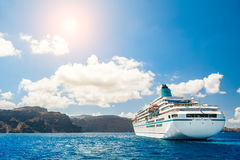 Grote cruisevoeringen dichtbij de Griekse Eilanden Stock Afbeelding