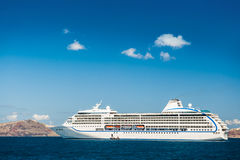 Grote cruisevoeringen dichtbij de Griekse Eilanden Stock Afbeeldingen