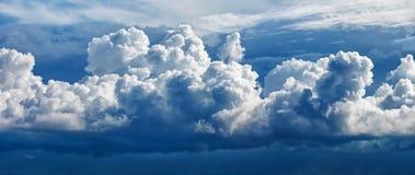Grote cumuluswolk - een panoramische foto royalty-vrije stock afbeeldingen