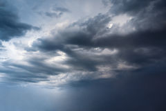Grote cycloon met een trechter op beweging als kracht van aard Stock Foto's