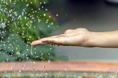 Hand onder de waterdalingen Stock Afbeeldingen