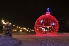 Grote decoratieve Kerstmisbal Royalty-vrije Stock Afbeeldingen