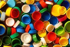 Grote details! Verschillende gekleurde kappen van flessen, grote grondstof voor recycling stock foto's