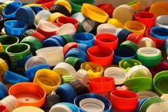 Grote details! Verschillende gekleurde kappen van flessen, grote grondstof voor recycling stock afbeelding