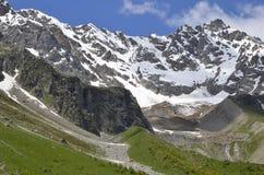 Grote die bergplaatsen met sneeuw zijn overstroomd Royalty-vrije Stock Afbeelding