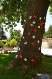 Grote die boom met kleurrijke document bloemen wordt gevoerd Stock Foto's