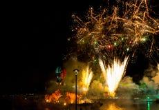 Grote die Drakenparade aan het vuurwerk wordt verbonden Royalty-vrije Stock Afbeeldingen