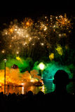 Grote die Drakenparade aan het vuurwerk wordt verbonden Stock Afbeeldingen