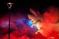 Grote die Drakenparade aan het vuurwerk wordt verbonden Stock Foto