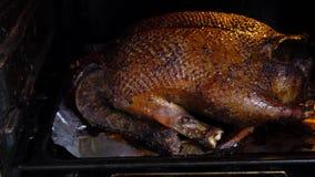 Grote die eend in de oven wordt gebakken stock video