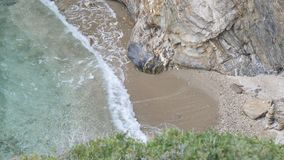 Grote die golven op de rotsen worden verpletterd stock afbeelding