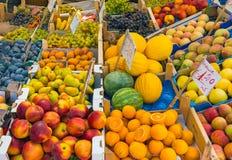 Grote die keus van vruchten bij een markt worden gezien Stock Foto