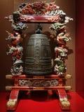 grote die klok in steun met traditionele Chinese draken wordt verfraaid stock foto