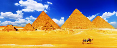 Grote die Piramide in Giza wordt gevestigd. Stock Afbeeldingen