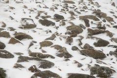 Grote die rotsen gedeeltelijk door sneeuw en ijs worden behandeld Royalty-vrije Stock Afbeelding