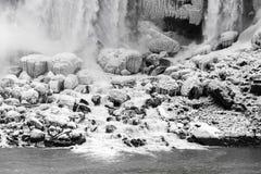 Grote die rotsen in sneeuw en ijs bij de bodem van een grote flo worden behandeld Stock Afbeeldingen