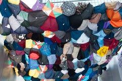 Grote die schuilplaats met paraplu, een straat het blokkeren demonstratio wordt gemaakt Stock Afbeelding